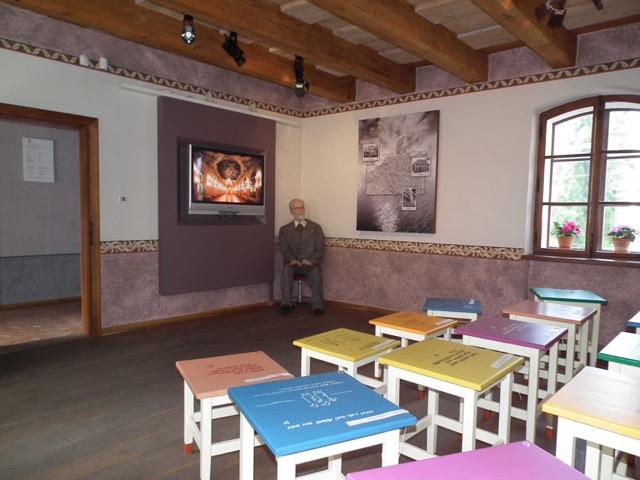 La stanza dei sediolini colorati